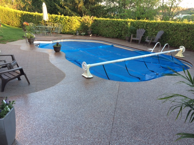 Contour de piscine creus e et trottoir poxy - Revetement tour de piscine ...