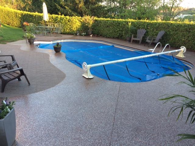 Contour de piscine creus e et trottoir poxy - Revetement ideal pourtour de piscine ...
